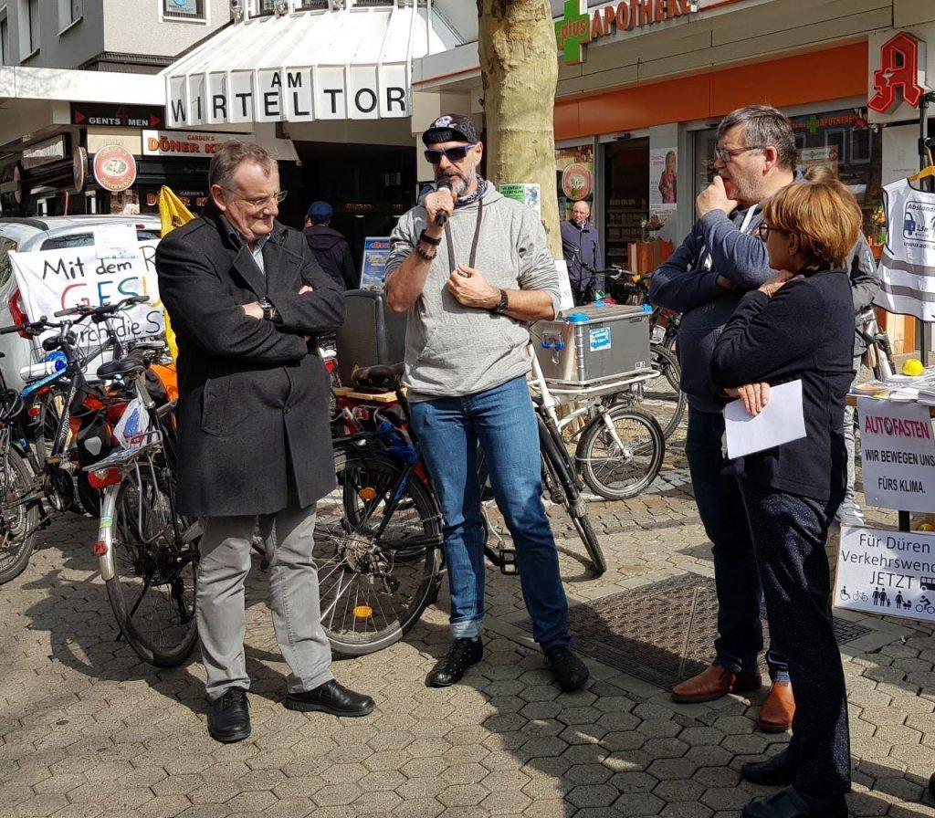 Foto am Wirteltorplatz Bürgermeister Paul Larue, Axel Fell vom ADFC Landesverband