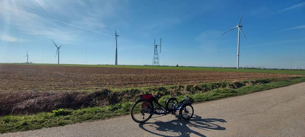 #grinsen, #Erftradweg, #Westen, #Norden, #Windtest, #Feld, #Windrad, #Windpark, #skorpion, #Kraftwerk, #Vertikalrotor,